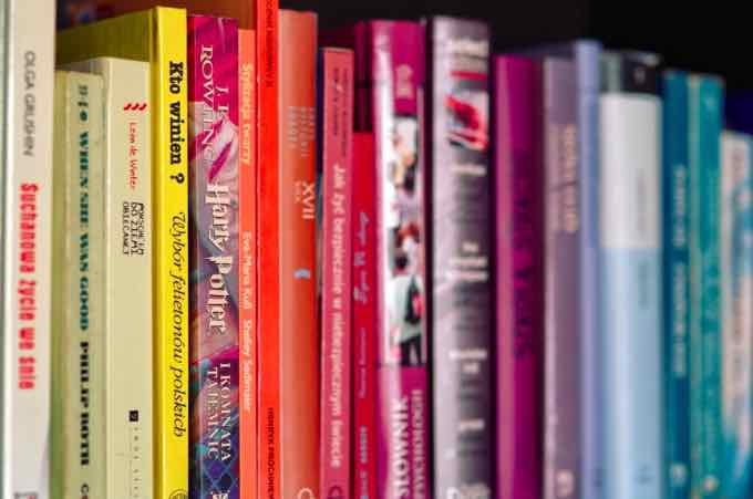 La British Library et l'auteur d'Harry Potter J. K. Rowling ont annoncé qu'une exposition allait voir le jour l'automne prochain pour célébrer les 20 ans (déjà!) de la célèbre saga. Le célèbre sorcier fêtera en effet son anniversaire le 26 juin 2017, et c'est à cette date que l'exposition sera inaugurée. Cette annonce a été faite alors que trois recueils de nouvelles Harry Potter ont été annoncés. Décidément, ça bouge pas mal à Poudlard en ce moment. La britannique J.K Rowling, originaire d'Edimbourg en Ecosse, n'aurait jamais pu deviner le succès international qu'allaient connaître ses romans. Cette mère célibataire a écrit les aventures d'Harry Potter – qui deviendra le roman le plus lucratif de l'histoire de l'édition - dans un council flat (l'équivalent de nos HLM) et est maintenant la 13ème fortune du Royaume-Uni. On en sait relativement peu sur l'exposition mais il y a fort à parier qu'une bonne partie des objets déjà présents au musée Harry Potter seront présentés au public londonien: manuscrits et décors notamment. Reste à savoir quels seront les inédits à découvrir!