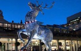 Un gigantesque cerf scintilliant près du sapin de Covent Garden