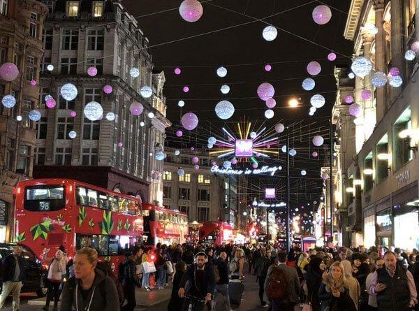 Boules de Noël suspendues sur Oxford Street